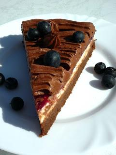 Stück Schoko-Himbeer Torte mit Lindt Schokolade und Heidelbeeren