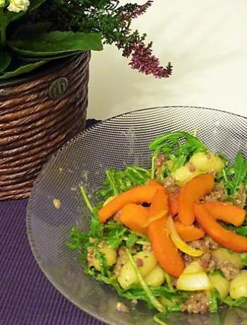 bunter Herbstsalat Gnocchi Salat mit Kürbis, Ruccola und Hackfleischsauce
