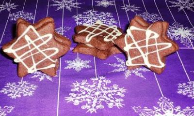 Weihnachtsbäckerei Rezept für Plätzchen: dunkele Schokosterne mit weißer Schoko-Orangenfüllung