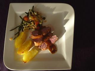 Entenbrust mit Ofenkartoffeln und Bohnen-Tomaten-Auflauf