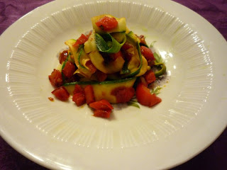 Erfahrungsbericht für die Vegan for fit Challenge von Attila Hildmann Zucchini-Bandnudeln mit Paprika Tomaten Sauce von vegan for fit