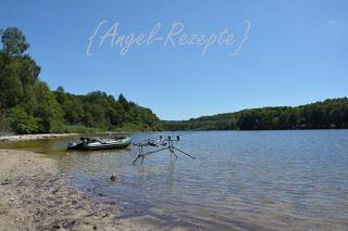 Zuchinispaghetti kann man auch super am See beim Angeln machen. Viel brauchst du nicht dafür.