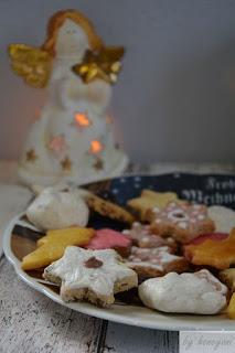 Weihnachtsgebäck auf Weihnachtsteller mit weißem Engel