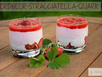 Sommerzeit ist Erdbeerzeit - probiert diesen leckeren Erdbeer-Stracciatella-Schichtquark voller Proteine und fruchtigem Erdbeergeschmack zum Frühstück oder als Snack beim Picknick oder im Büro.