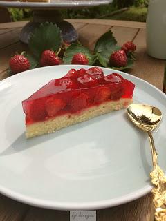 Erdbeertorte - holt euch das Rezept für eine fruchtige Erdbeertorte, ganz pur und schnell gemachtem Biskuitboden und Tortenguss. Die beste Art Erdbeeren zu genießen.