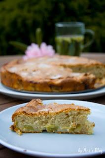 saftiges Stück französischer Rhabarberkuchen für die sommerliche Kaffeepause im Garten.