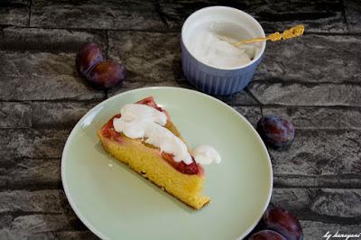 amerikanischer Klassiker neu interpretiert, der Upside Down Kuchen mit Zwetschgen und Ahornsirupkaramell und Kokossahne