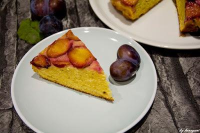amerikanischer Klassiker neu interpretiert, der Upside Down Kuchen mit Zwetschgen und Ahornsirupkaramell und Kokossahne - der perfekte Pflaumenkuchen für einen gemütlichen Herbst