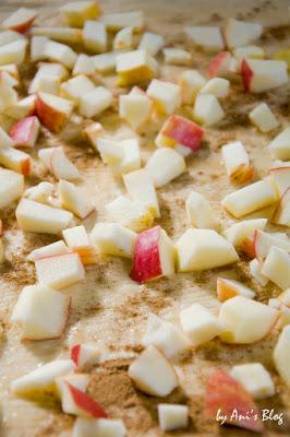 Apfel-Zimt Pull Apart Cake - den Dinkel-Hefeteig mit Äpfeln belegen Zimt und Kardamom bestreuen - Rezeptschritt