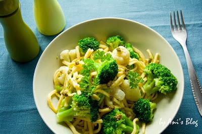 3 Zutaten Rezept zum Feierabendküche - Manchmal muss Essen kochen einfach schnell gehen und unkompliziert sein. Gerade abends nach der Arbeit, wenn wir Hunger haben, aber keine Zeit zum Einkaufen oder zu langem Kochen haben. Da hilft ein Rezept mit nur 3 Zutaten. Die Zutaten warten im Vorratsschrank, bis ein schnelles Essen her muss und nichts brauchbares mehr im Kühlschrank ist.