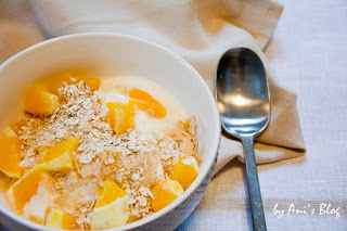 Dieser Orangen-Joghurt mit Haferflocken zum Frühstück ist schnell zubereitet und hält euch dank der Ballaststoffe trotz geringen Kalorien lange satt. Das perfekte Frühstück.