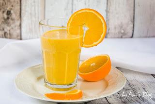 Der Sonnenaufgang-Smoothie ist der Alleskönner unter den Frühstück-Rezepten. Ihr könnt ihn am Vorabend die Zutaten vorbereiten und morgens frisch mixen und zur Uni oder ins Büro mitnehmen. In Sachen Mineralstoffe und Vitamine ist er fast unschlagbar.