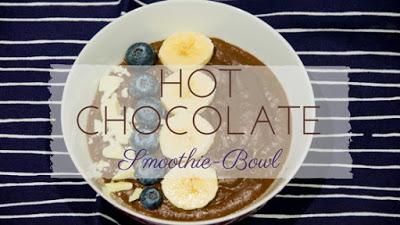 Die Hot Chocolate Smoothie Bowl bringt vor allem Schoko-Liebhaber lecker in den Tag. Wie heiße Schokolade wird auch diese Smoothie Bowl warm gemacht und wärmt euch im Winter oder Herbst. Das Frühstück-Rezept bringt euch gute Laune an trüben Tagen und ist dabei vegan und glutenfrei.