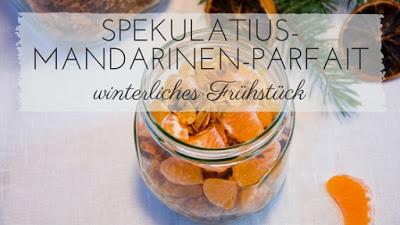 Frühstückstisch mit Spekulatius-Joghurt, Mandarinen und weihnachtlichem Granola im Glas mit Mandarinen und Winterdekoration