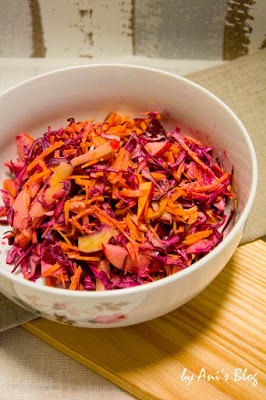 Rezept für frischen Rotkohlsalat mit Apfel und Möhre und einem Zitronen-Joghurtdressing. Mit nur 5 Zutaten habt ihr einen leckeren Beilagensalat der zu allen Gelegenheiten passt. Nur 5 Zutaten braucht ihr für diesen Rohkostsalat.