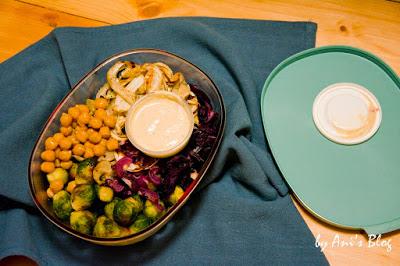Buddha Bowls sind Schüsseln voller köstlicher Sachen. In dieser Buddha Bowl kommen röstiges Winter-Ofengemüse, feiner Couscous, Kichererbsen und ein frisches, zitroniges Sesamdressing zusammen. Verpackt in einer Schüssel mit Deckel kannst du die Bowl gut mit zur Arbeit oder ins Büro nehmen.