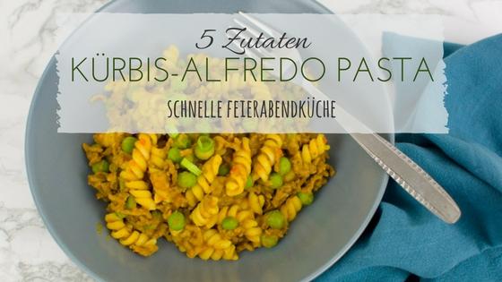 Teller mit Kürbis-Pasta Sauce, Rinder-Hackfleisch und Erbsen und Überschrift 5 Zutaten Rezept Kürbis-Alfredo Pastasauce schnelle Feierabendküche