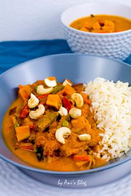 Süßkartoffel Curry mit Wok Gemüse, gerösteten Cashewkernen und Reis.