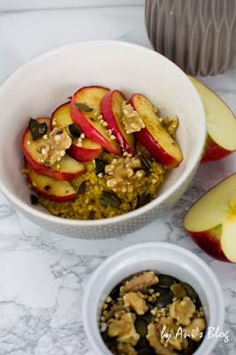 Frühstückstisch mit Kürbiskuchen Porridge, Apfel Zimt Spalten und Kürbiskernen
