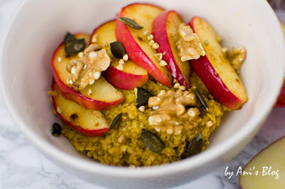 Pumpkin-Pie Porridge mit in Kökosöl gedünsteten Apel-Zimt Spalten und Kürbiskernen
