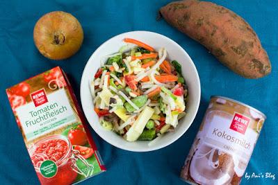 Zutaten für das Süßkartoffel-Wokgemüse Curry: Zwiebel, gehackte Tomaten, TK Wokgemüse, Kokosmilch, Süßkartoffel, Currypaste, Cashewkerne