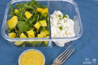 Mango Salat in der Lunchbox mit Hüttenkäse und Mangodressing.