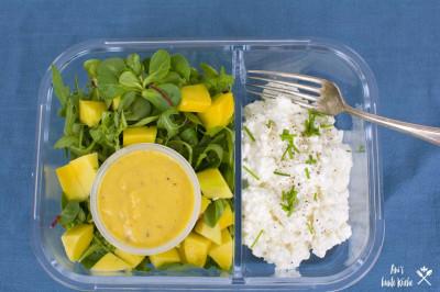 Mango Salat in der Lunchbox, Hüttenkäse in einer extra Kammer. Das Mangodressing im Dressingbecher.