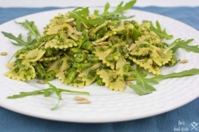 Rucola Pesto mit Pasta und grünen Bohnen auf dem Teller