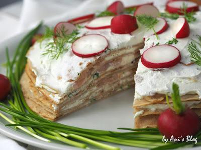 Angeschnittene Lachs-Frischäse-Crepes-Torte mit Raddieschen-Deko