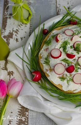 Bunt geschmückte herzhafte Crepes-Torte mit Schnittlauch-Bett und Raddieschen