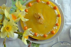 Mango-Torte mit Physalis unter Osterglocken
