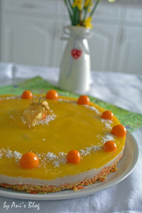 Mango-Buttermilch-Torte auf dem Tisch