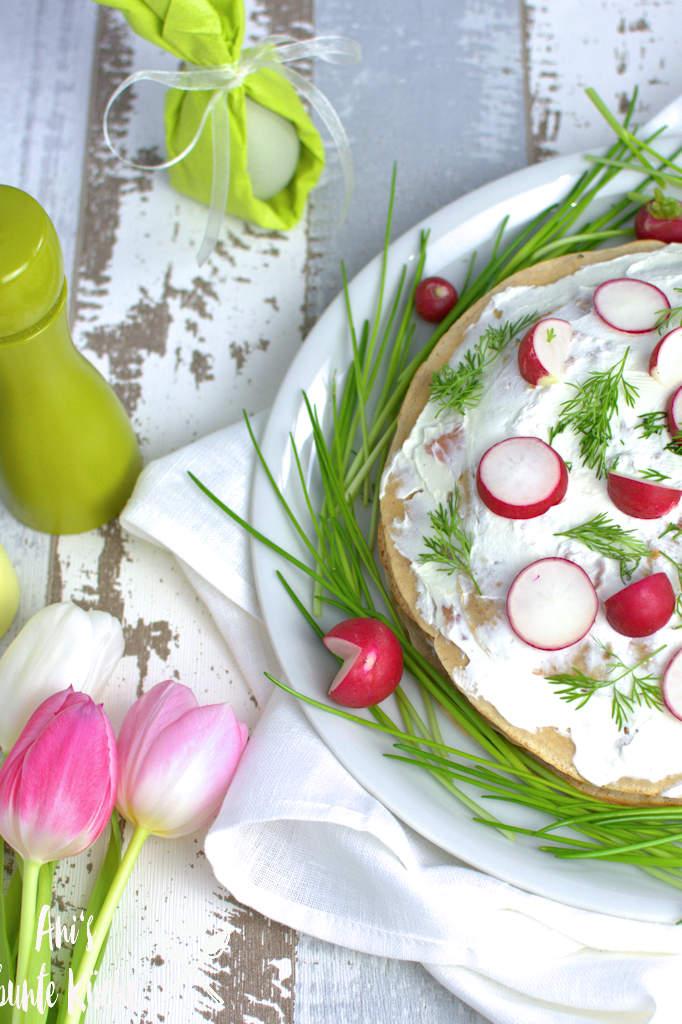 herzhafte Crepes Torte mit Lachs zum Osterfrühstück
