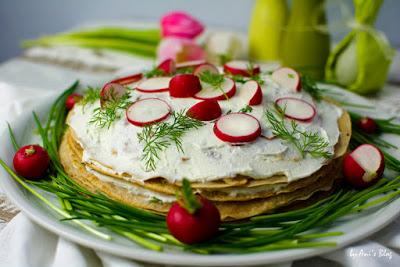 bunte herzhafte Crepes-Torte mit Räucherlachs auf dem Frühstückstisch zu Ostern.