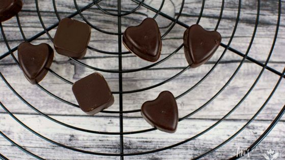 vegane Erdnussbutter Pralinen mit selbst gemachter Schokolade ohne Zucker. Durch eine besondere Zutat sind sie sehr proteinreich und dafür fettarm.