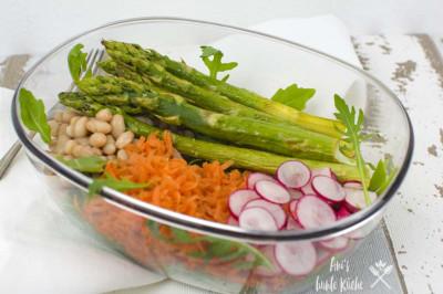 Frühling Superfood Bowl mit grünem Spargel, Radieschen und weißen Bohnen