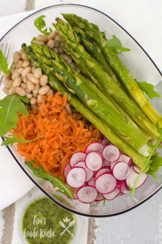 Superfood Bowl mit frischem Frühlingsgemüse und grünem Spargel aus dem Ofen