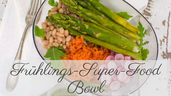 Frühlings-Superfood Bowl mit grünem Spargel und knackigem Gemüse perfekt für die Mittagspause