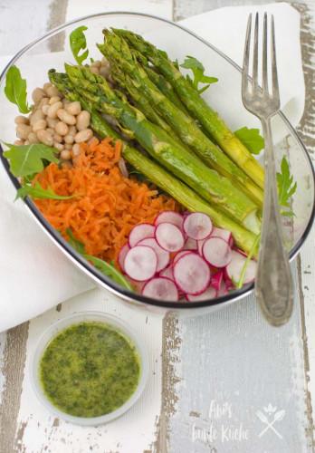 bunter Superfood Bowl mit frischem Frühlingsgemüse und grünem Spargel aus dem Ofen