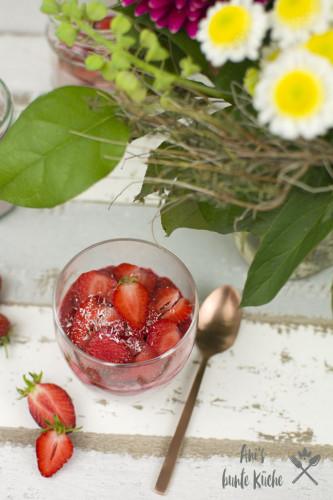 Erdbeer-Cheesecake-Overnight Oats mit Frühlingsblumenstrauß