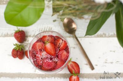 Fruchtige Erdbeer-Chiamarmelade mit Erdbeeren auf Erdbeer-Cheesecake Overnight Oats im Glas.
