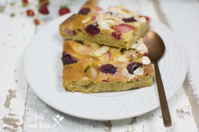 Zwei Stücke Rhabarberkuchen mit Beeren