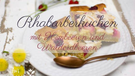 Rhabarberkuchen mit Himbeeren und Erdbeeren