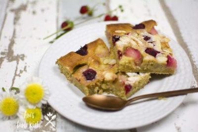Rhabarberkuchen ohne Zucker mit Erdbeeren