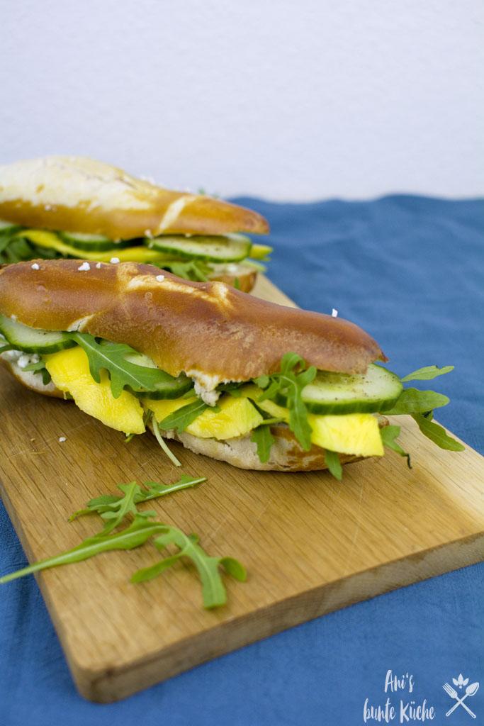 schnelles Rezept für die Feierabendküche - Laugenstange mit Mango und Hüttenkäse