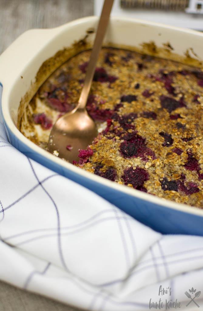 Baked Oatmeal - toller Frühstücks Auflauf mit Himbeeren und Kokosflocken.