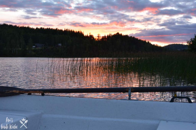 Sonnenuntergang am See mit Boot