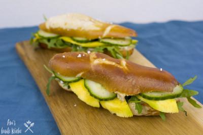 schnelles Mittagessen: Laugenstange mit Mango und Hüttenkäse