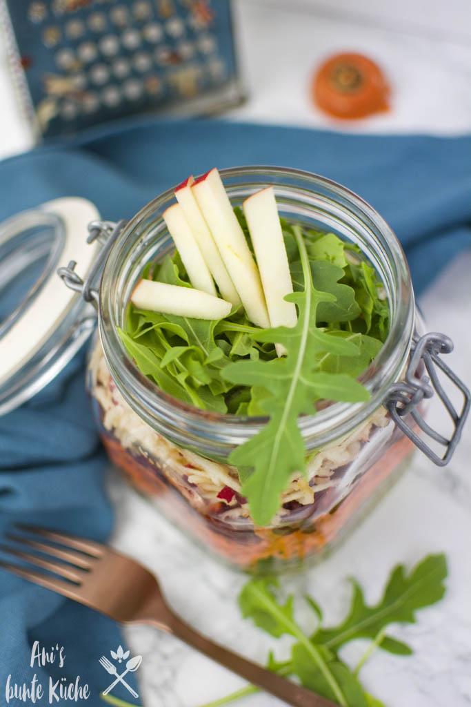 bunter Linsensalat im Glas für die Lunchbox.