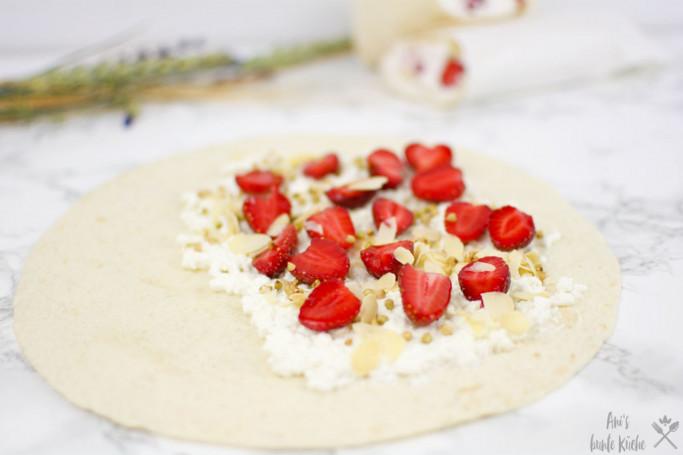 Wrap mit Hüttenkäse, Erdbeeren und Mandel Buchweizen Crunch